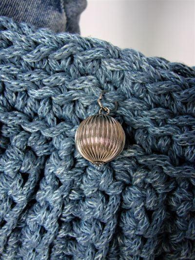 Gentuta albastra crosetata cu lant argintiu de umar